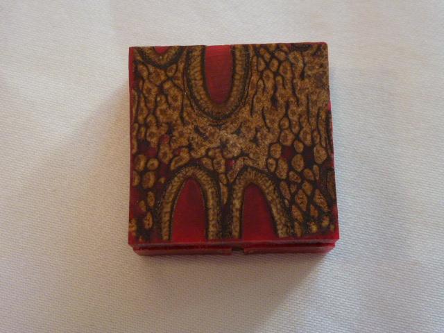 Banksiazapfen mit Kunstharz Rot